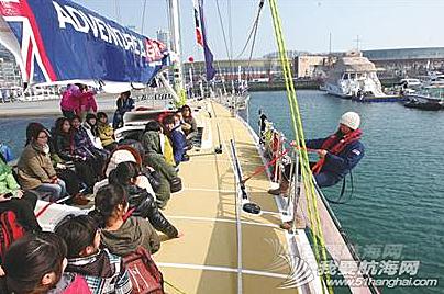 青岛大学,工作人员,大不列颠,帆船运动,实验小学 青岛学生们登上克利伯大帆船与船员一起感受帆船的魅力,船员们手把手传授升帆技巧。