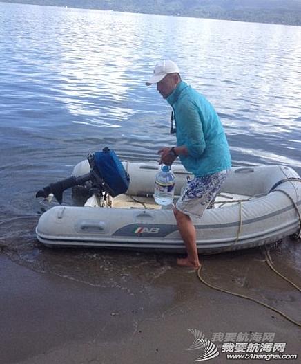 培训新船员驾小艇,运水。