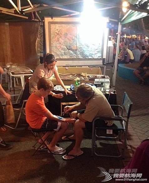 人民币,达尔文,当地人,小饰品,中国 2014年6月5日,达尔文夜市,在澳洲练摊。