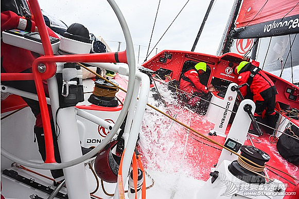 沃尔沃环球帆船赛,大西洋,东风队 东风号再遇险情,差点与急速行驶的集装箱货船迎面相撞。