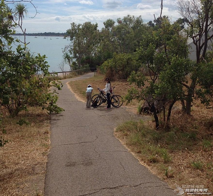 自行车,达尔文,公交车,卫生间,饮水机 滑板,2辆自行车,3口人环游达尔文。