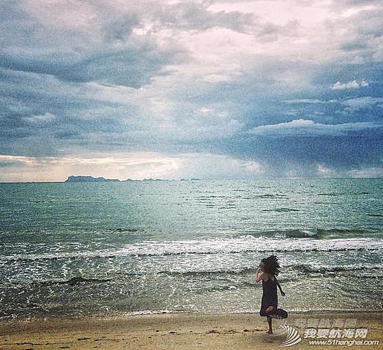 王菲带着李嫣泰国度假晒出一组母女俩扬帆出海的图,十分惬意。