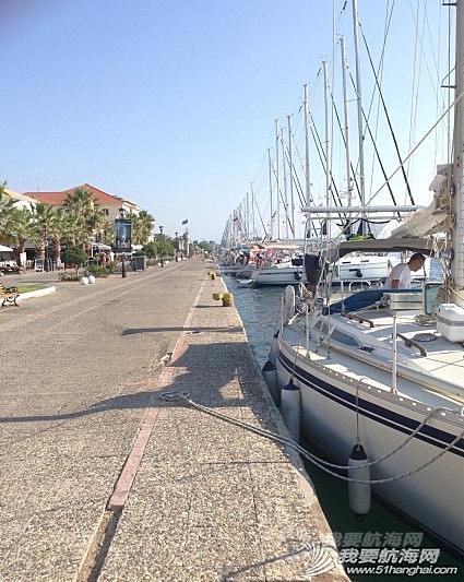 步行街,咖啡厅,希腊,中心,风格 希腊很多岛除了收费的游艇码头,每个地区政府也开放很多免费停靠位在中心步行街位置。