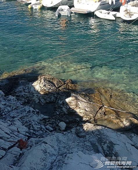 爱情海,泰国,亚洲 爱情海下锚:得先在船头下锚,然后马上背着绳子跳到水里找两个不同方向的岩石定位。