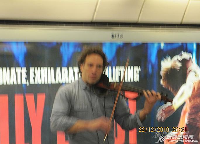 小提琴家,生活方式,church,音乐家,地铁站 周日church路上偶遇街头音乐家Zenon,巴西人,来英国卖艺10年多了。