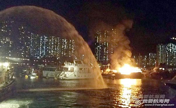 消防员,香港仔,消防船,电线 昨晚,香港仔深湾游艇会附近布厂湾,一艘中式游艇及一艘西式游艇烧毁.
