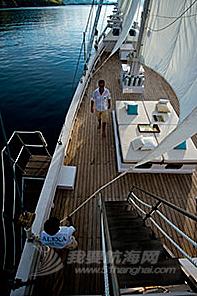 我们小船挂的白色风帆已变成了浅粉红色---帆船上的蜜月