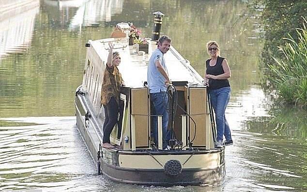 """大学生,伦敦 伦敦大学生港口搭""""房船"""""""
