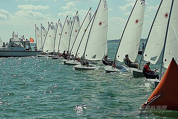 上风 起航线通常是由上风和下风裁判船上的橙色旗杆形成的连线,需要靠我们的目测去判断。