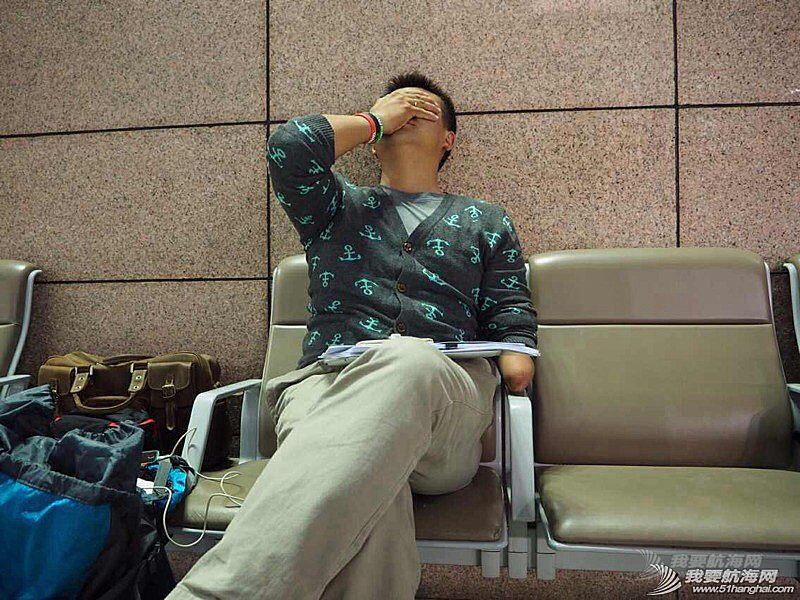 大使馆给了我们12月26号才能有效的签证,徐京坤现在被困在去法国的机场。