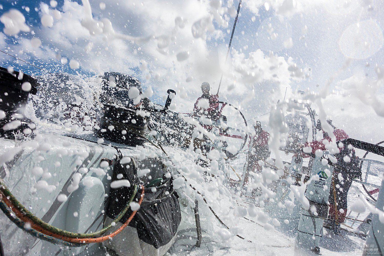 中国船员,阿布扎比,沃尔沃,下意识,大洋 南大洋上惊魂12小时 三支船队接连侧翻 靠队友拉住衣服捡回一条命