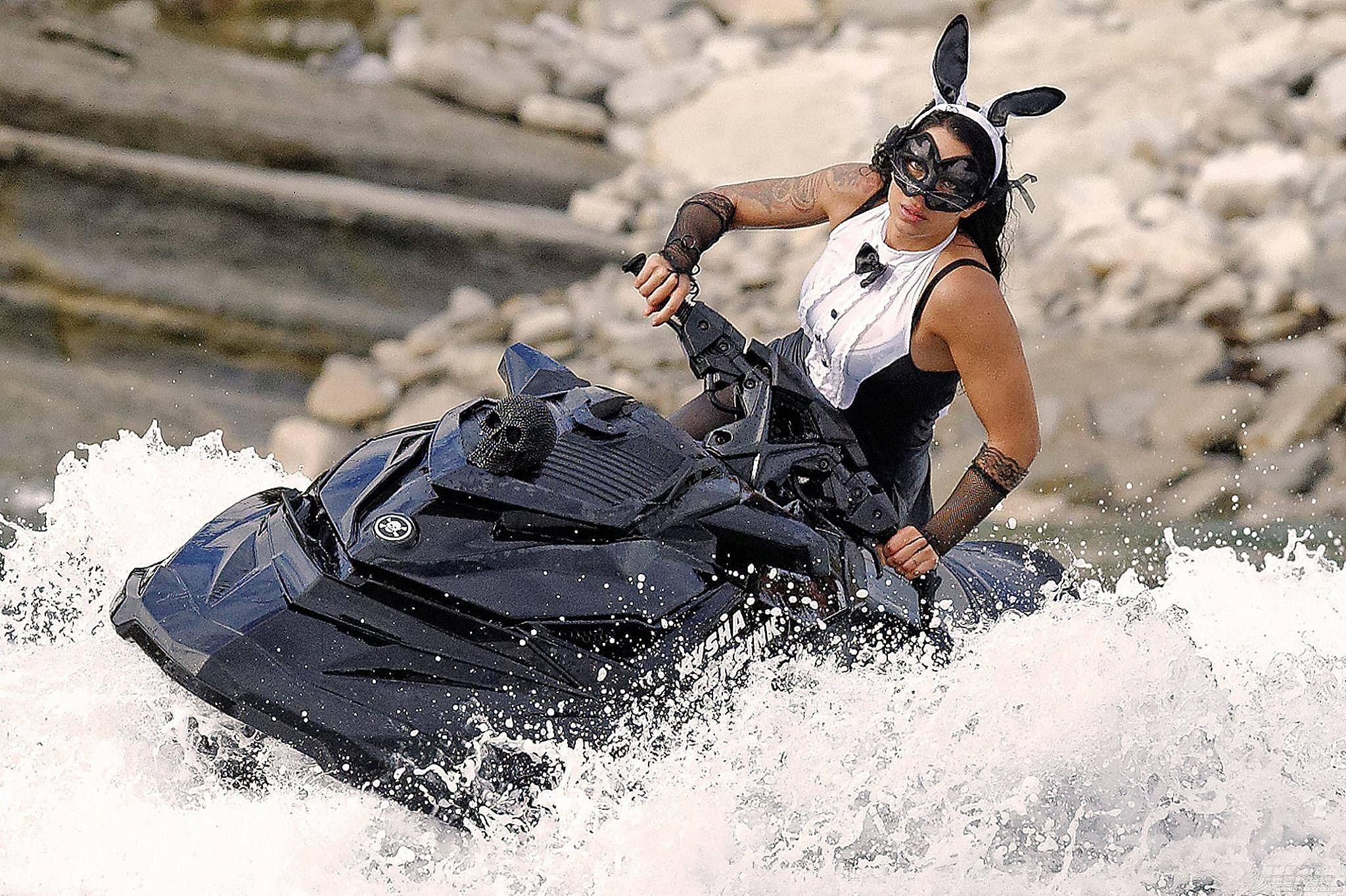 """穿比基尼,水上运动,阳光沙滩,爱好者,救生衣 """"艇""""胸而上 带你浪"""