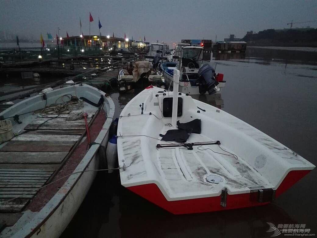 这个应该是帆船吧? 怎么没有桅杆和帆呢
