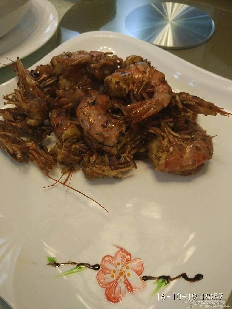 广州小洲艺术村客家围里的马尔代夫金枪鱼和阿根廷红虾做出大厨水准。
