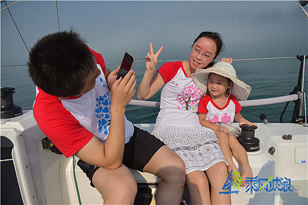 我带2个孩子打算下周到青岛玩儿,我想玩帆船,体验帆船,怎么预约?什么时间合适?