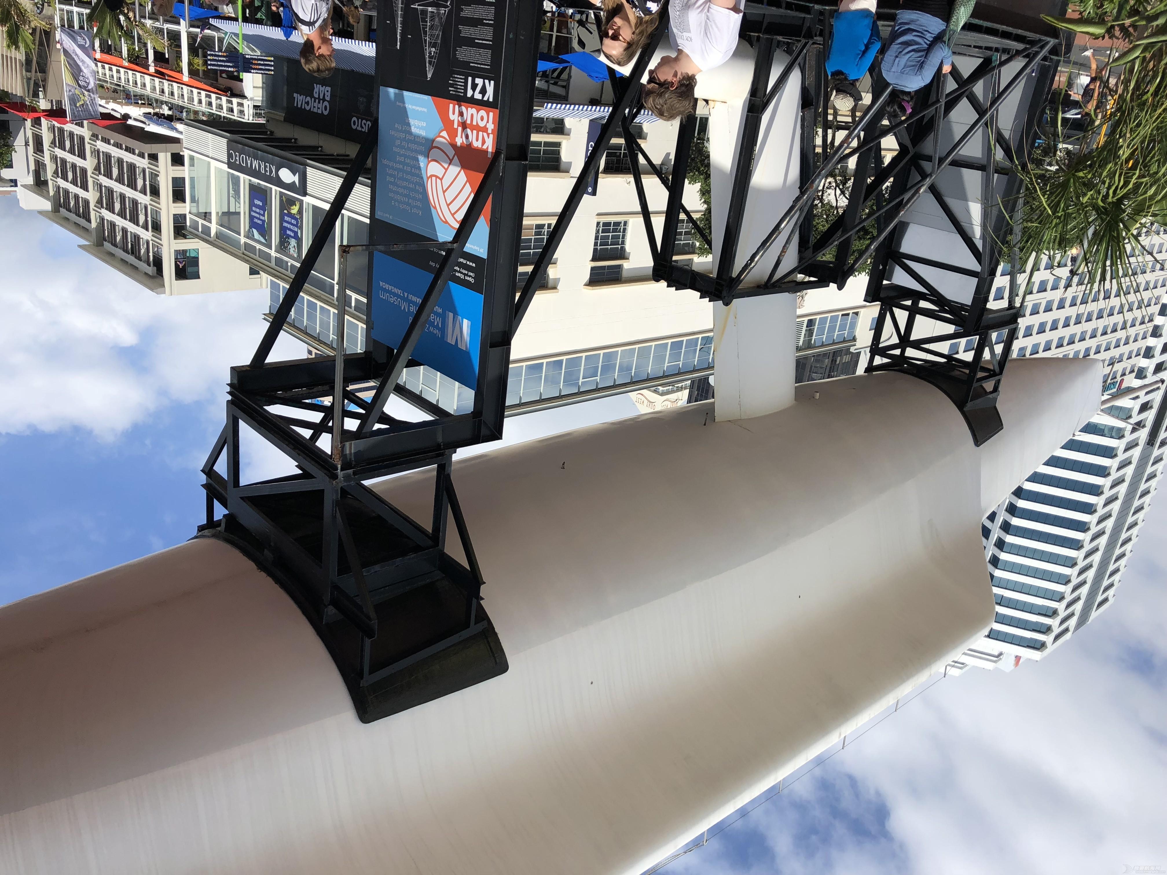 停经新西兰 馆前的24米长的单体船的龙骨