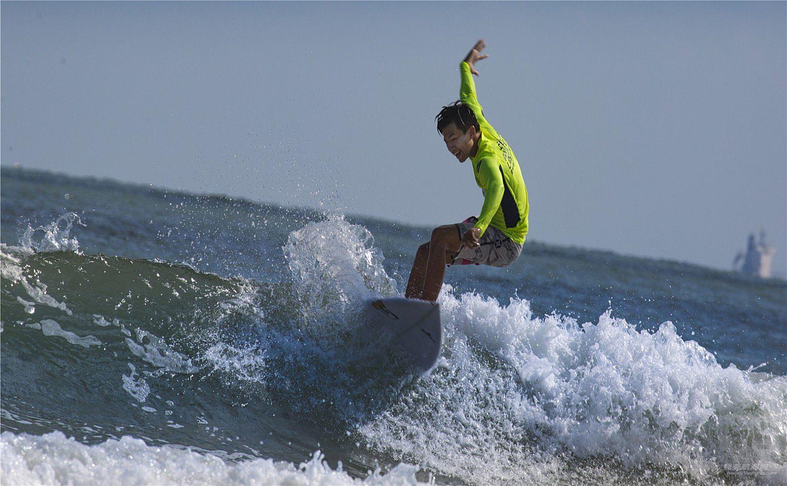 青岛石老人海水浴场,风大浪急。自由冲浪,精彩瞬间。