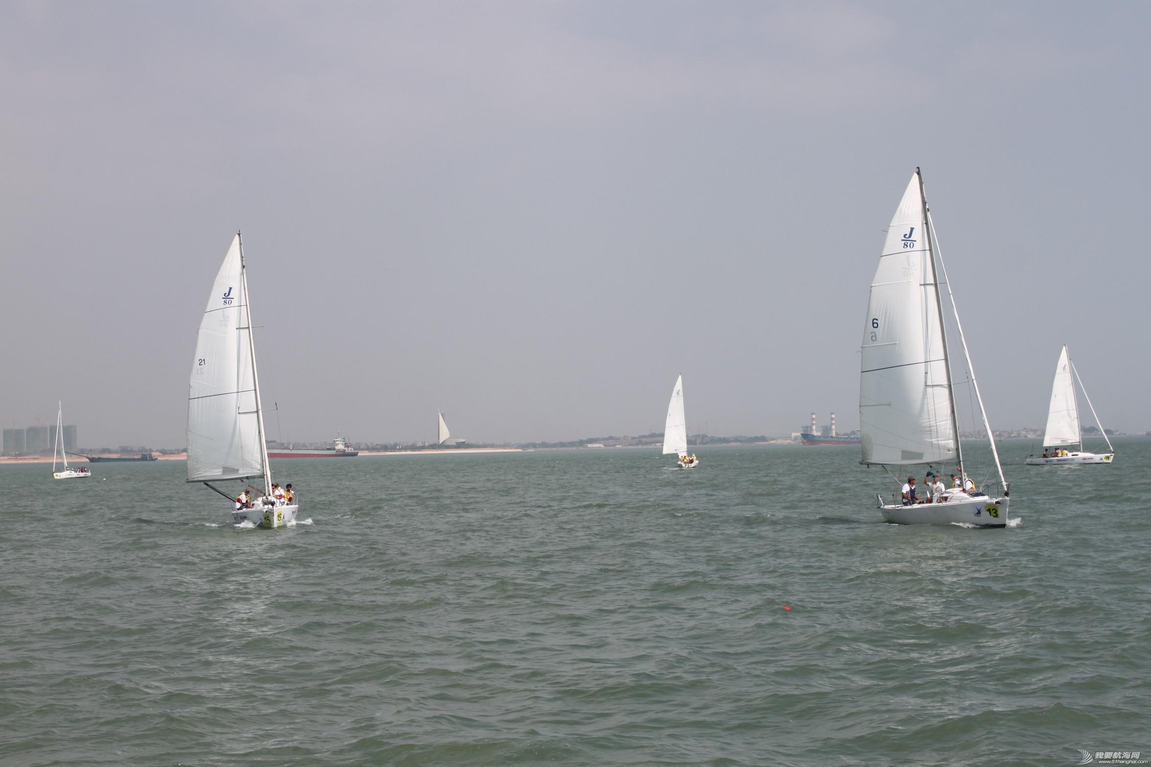 继续等待比赛开始,这两条船驶过来摆Pose的,前帆收起只放主帆。