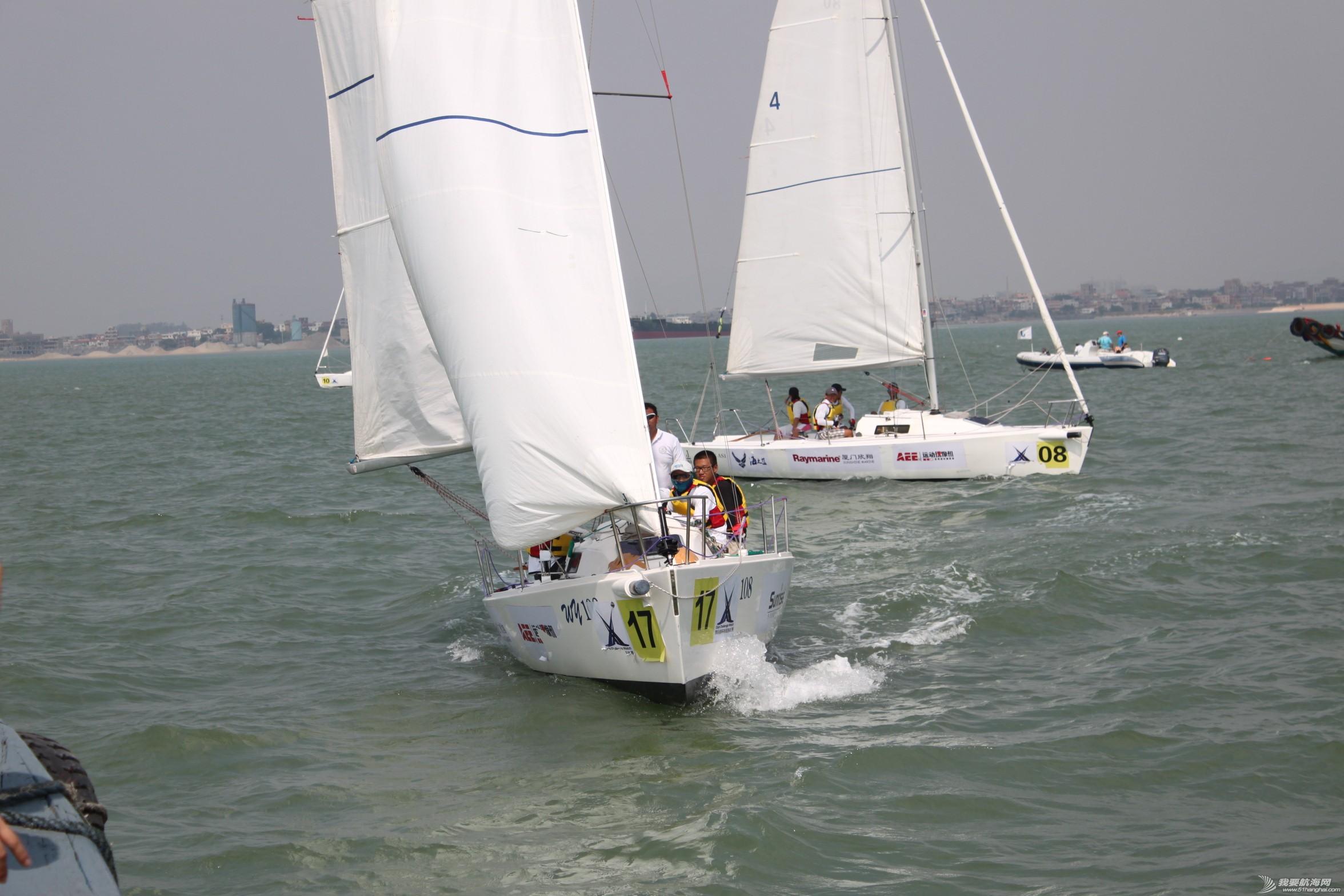 17号船放下前帆直冲过来,他们是中国大学帆船协会队,成员是厦门大学的学生,A组第五名。