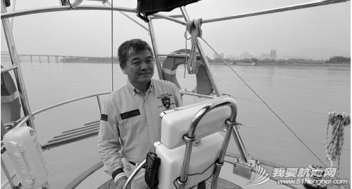 """副船长 董小兵在 """" 荣耀温州 号""""帆船上。 温都记者 郑之越/摄"""