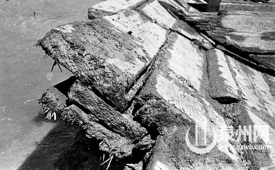 泉州湾宋代海船出土记3舷侧板为三重木板叠合而成.jpg