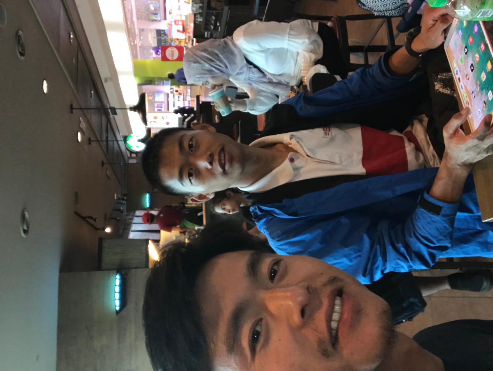 我们两在吉隆坡机场转机休整中
