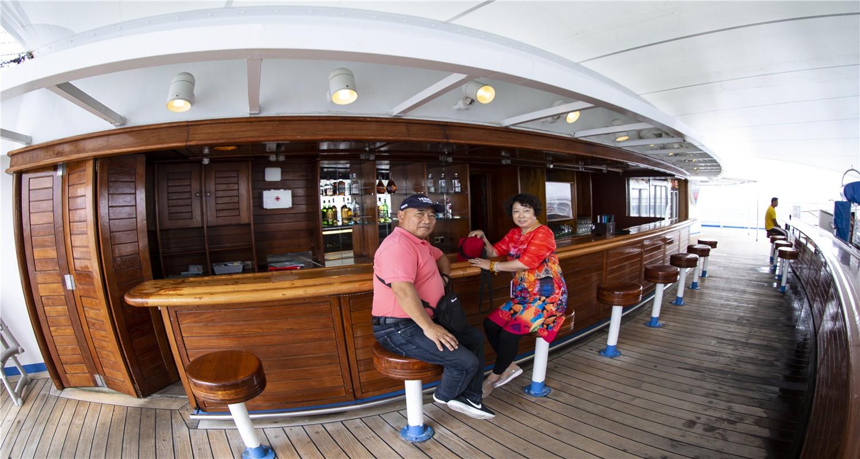 宝瓶星号豪华游轮靠泊青岛邮轮母港
