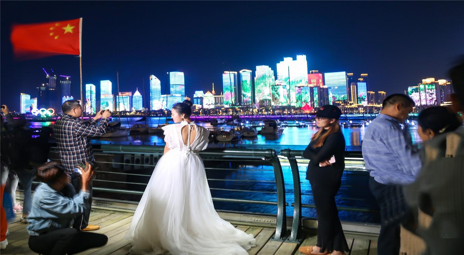 青岛国庆佳节奥帆中心浮山湾畔霓虹醉人,海上灯光绣,翩翩起舞。精彩呈现,