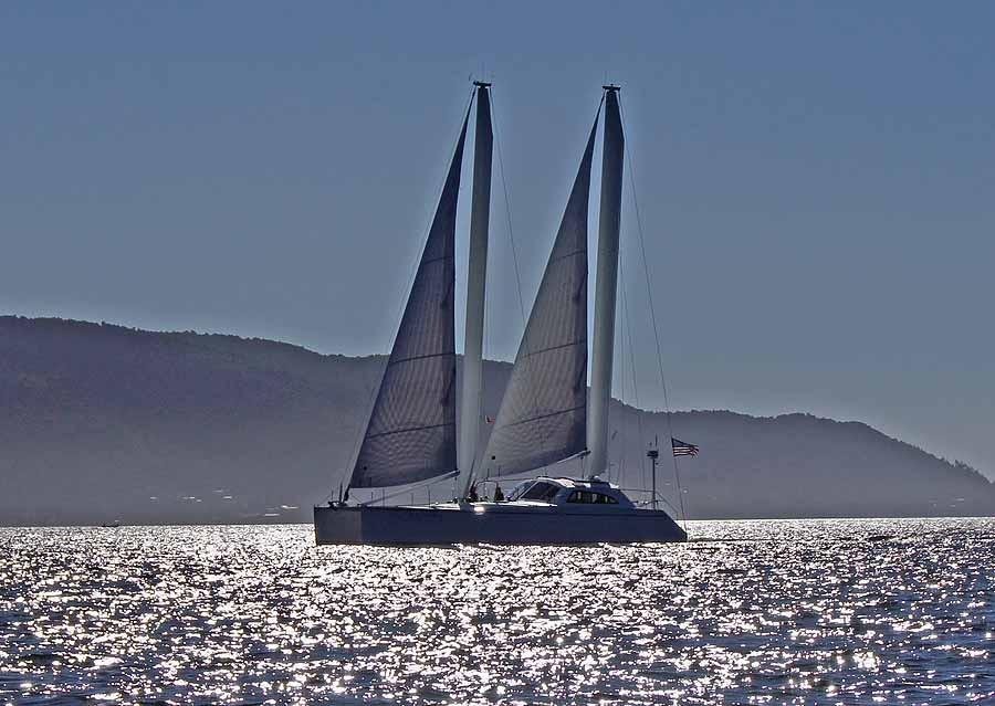 《海角孤舟》(74)没有主帆的双体船