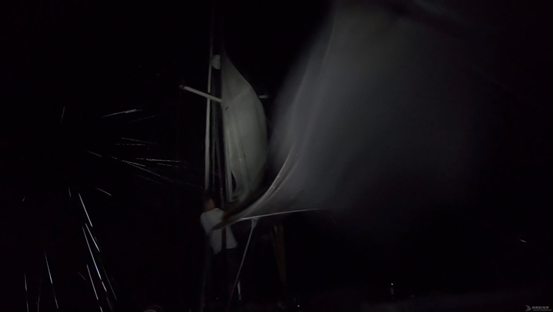 夜晚顶风收帆.png