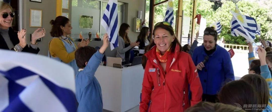 克利伯帆船赛船员与乌拉圭当地中小学生欢快互动w3.jpg