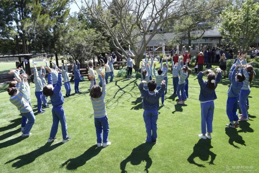 克利伯帆船赛船员与乌拉圭当地中小学生欢快互动w4.jpg