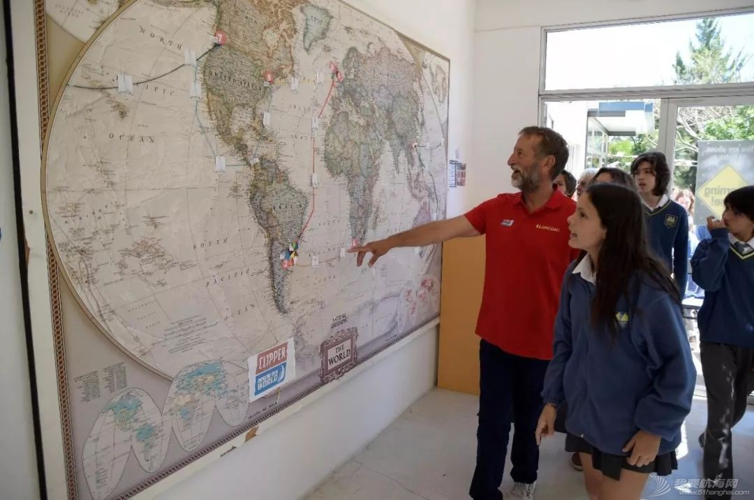 克利伯帆船赛船员与乌拉圭当地中小学生欢快互动w6.jpg
