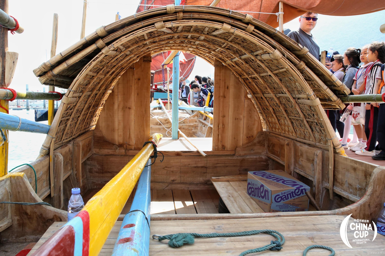 学生参观连家渔船.jpg