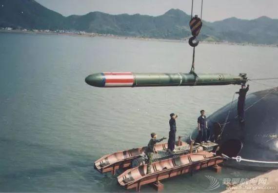 鱼雷体型那么大,有几种方法将它装到潜艇舱内?w1.jpg