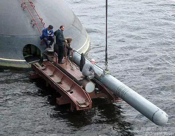 鱼雷体型那么大,有几种方法将它装到潜艇舱内?w2.jpg