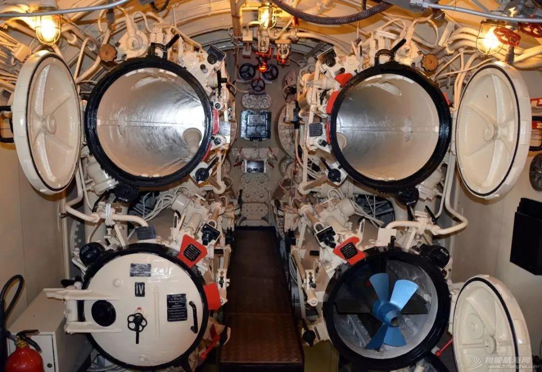 鱼雷体型那么大,有几种方法将它装到潜艇舱内?w3.jpg