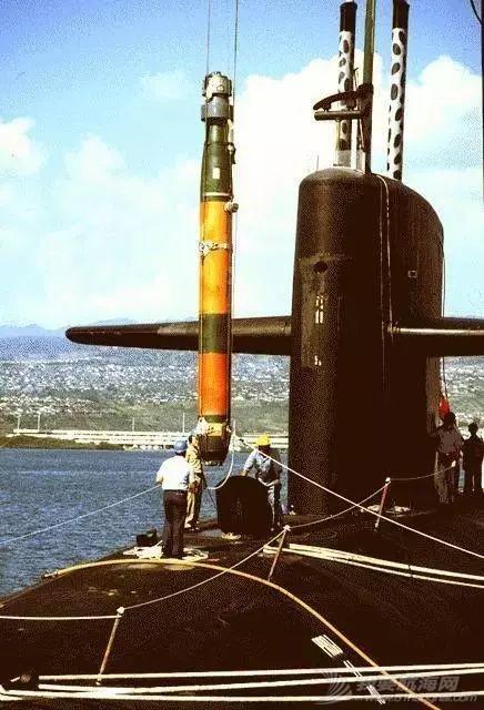 鱼雷体型那么大,有几种方法将它装到潜艇舱内?w7.jpg