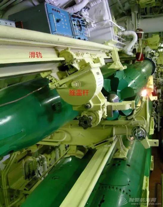 鱼雷体型那么大,有几种方法将它装到潜艇舱内?w8.jpg