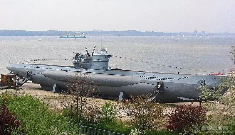为什么以前的潜艇水面速度比水下快,现在却正好相反?w2.jpg