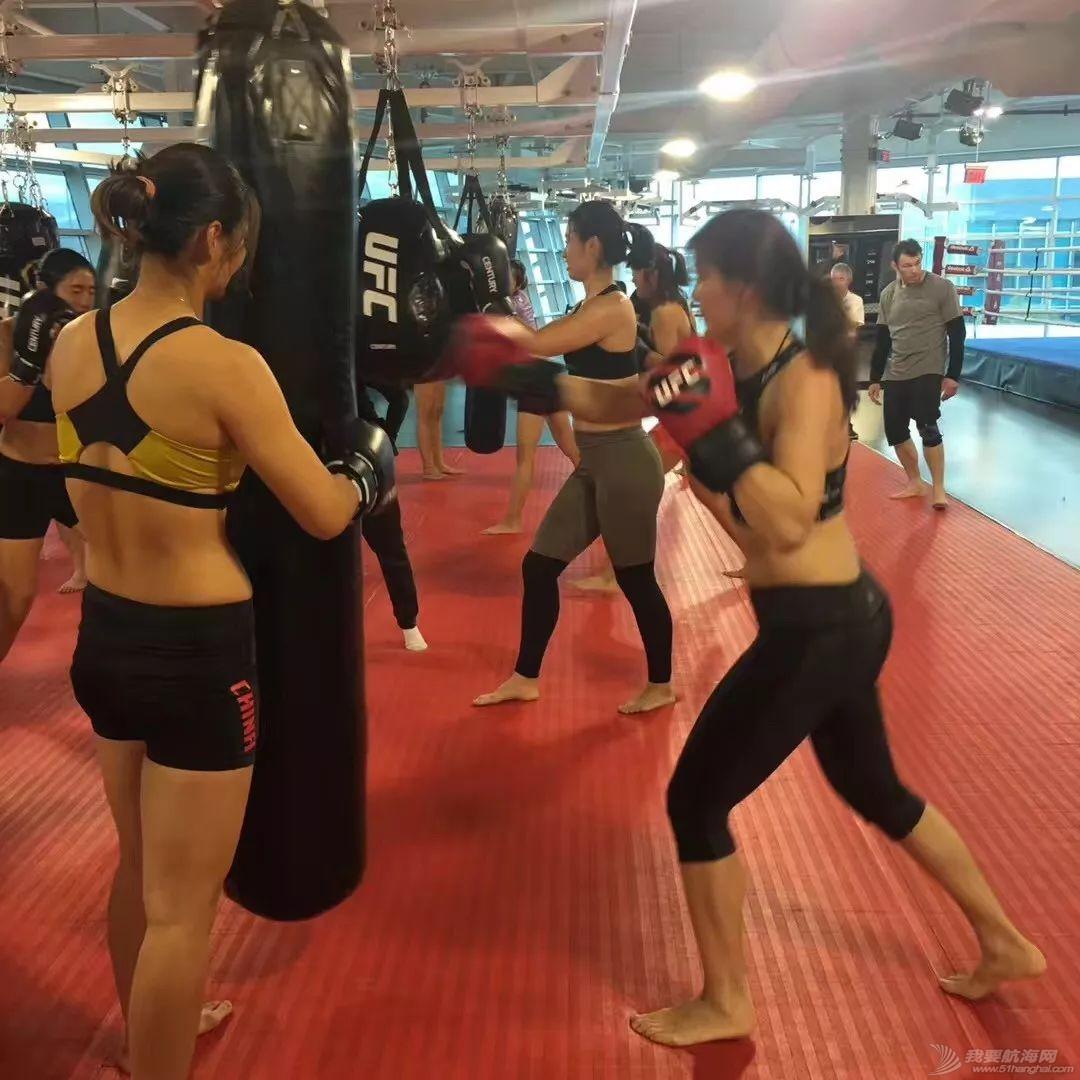 燃!赛艇队姑娘秒变UFC女神,练体能还能这样酷…w2.jpg