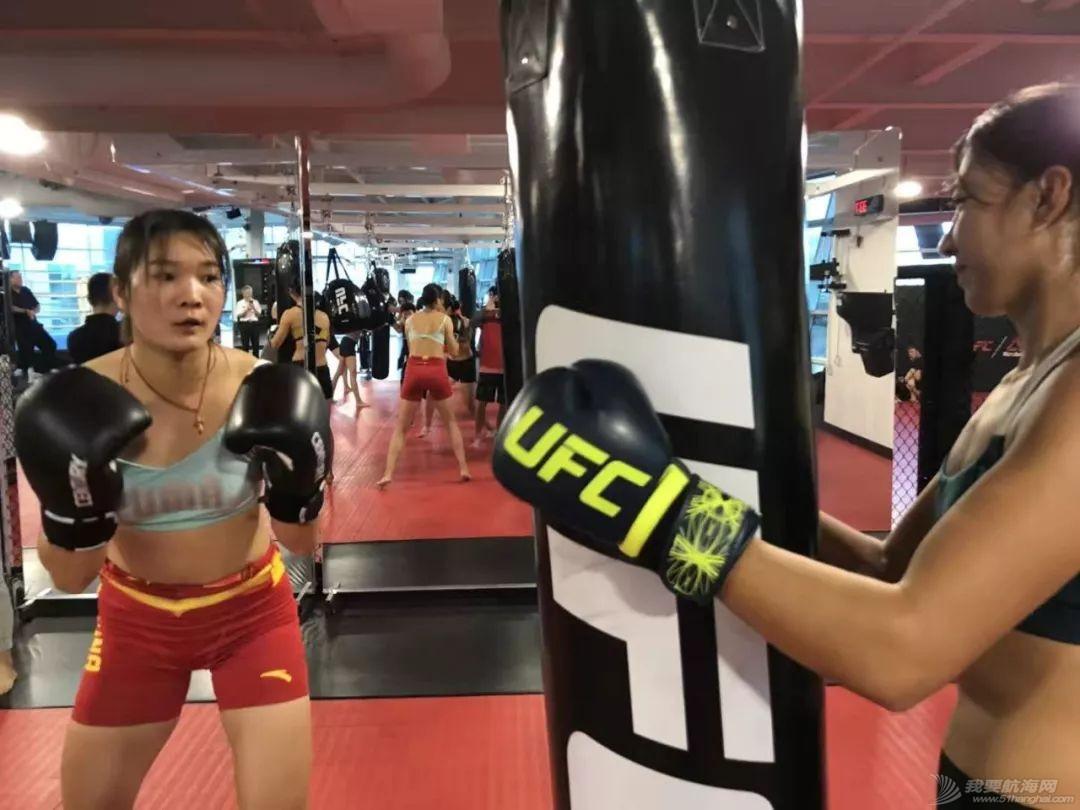 燃!赛艇队姑娘秒变UFC女神,练体能还能这样酷…w3.jpg