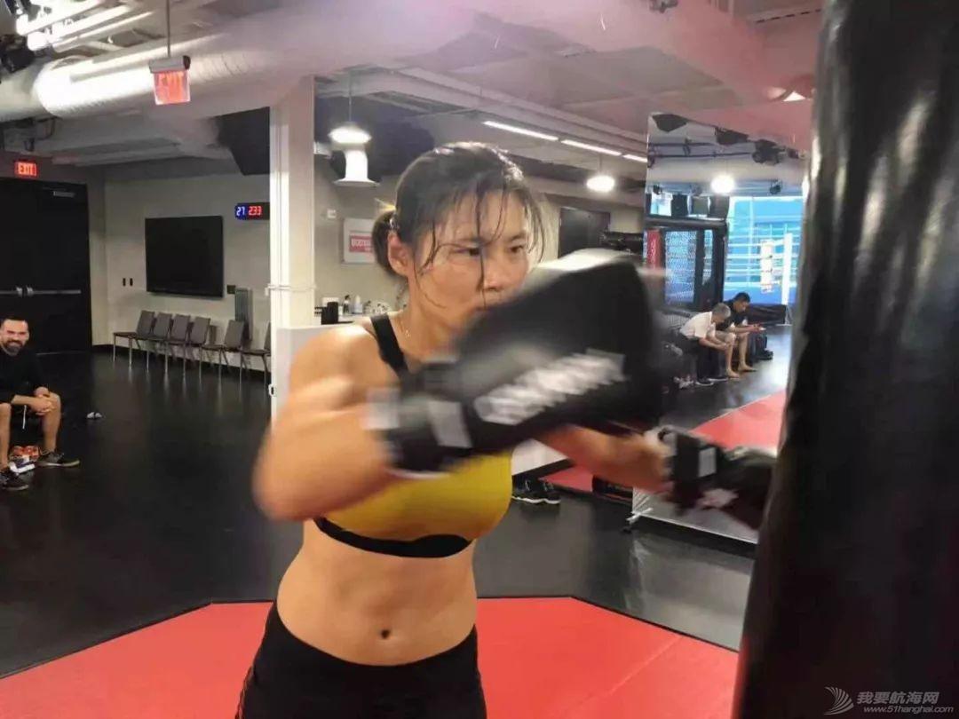 燃!赛艇队姑娘秒变UFC女神,练体能还能这样酷…w12.jpg