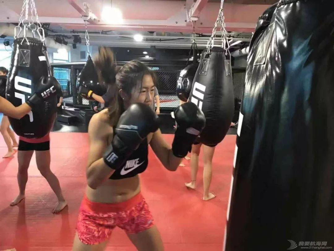 燃!赛艇队姑娘秒变UFC女神,练体能还能这样酷…w11.jpg