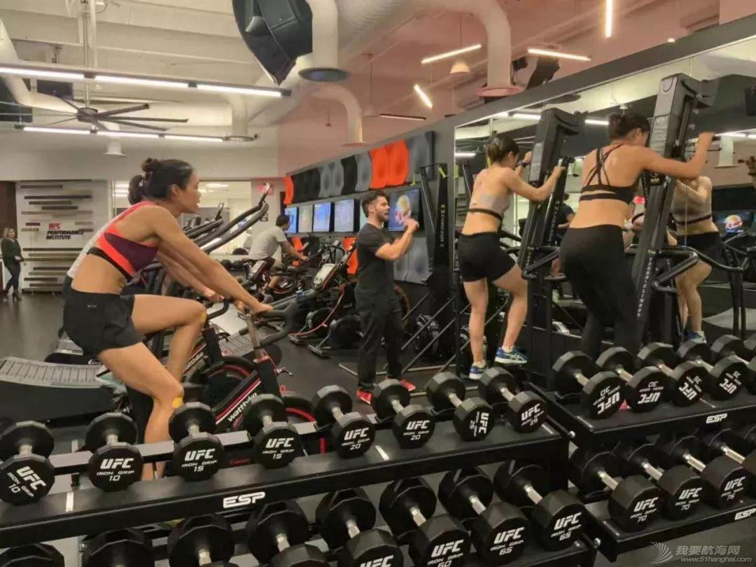 燃!赛艇队姑娘秒变UFC女神,练体能还能这样酷…w13.jpg