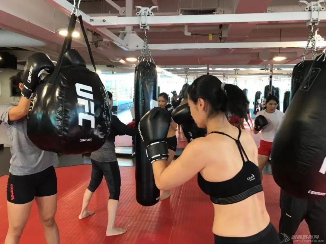 燃!赛艇队姑娘秒变UFC女神,练体能还能这样酷…w14.jpg