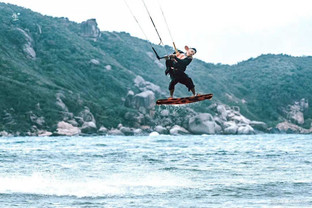 帆船人花式贺新年:首届中国风筝帆板空中飞人装扮赛落幕w19.jpg