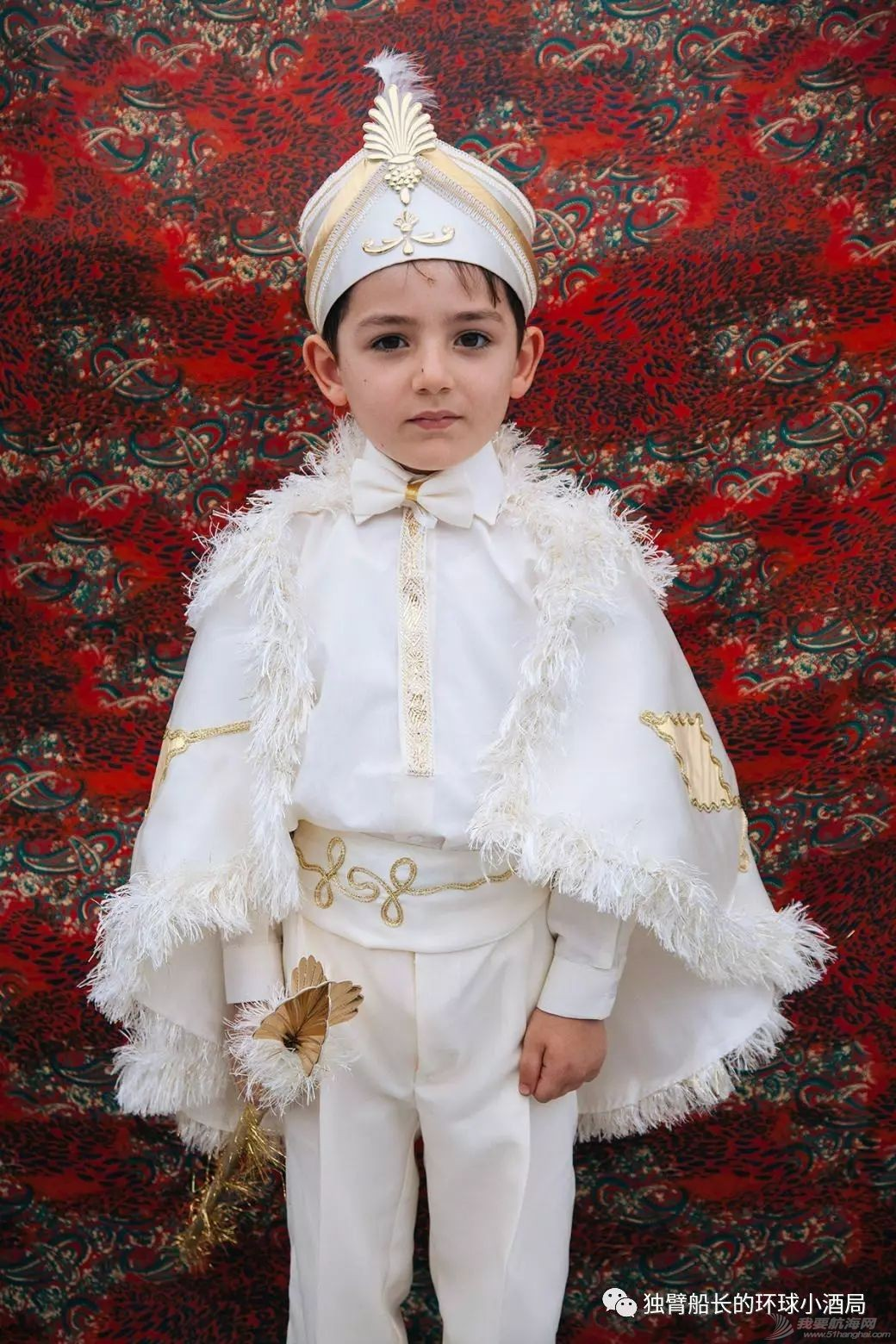 土耳其:挨了一刀的少年,被抬上王座,一群美女围着他跳了三天三夜w18.jpg