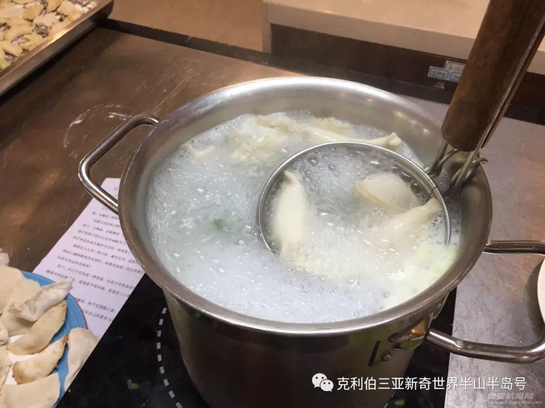 中国饺子征服外国胃!看克利伯船员包饺子w13.jpg